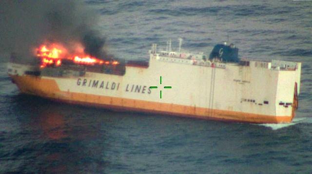 На побережье Франции загорелось и затонуло судно Grande America, перевозившее 2000 автомобилей Всячина
