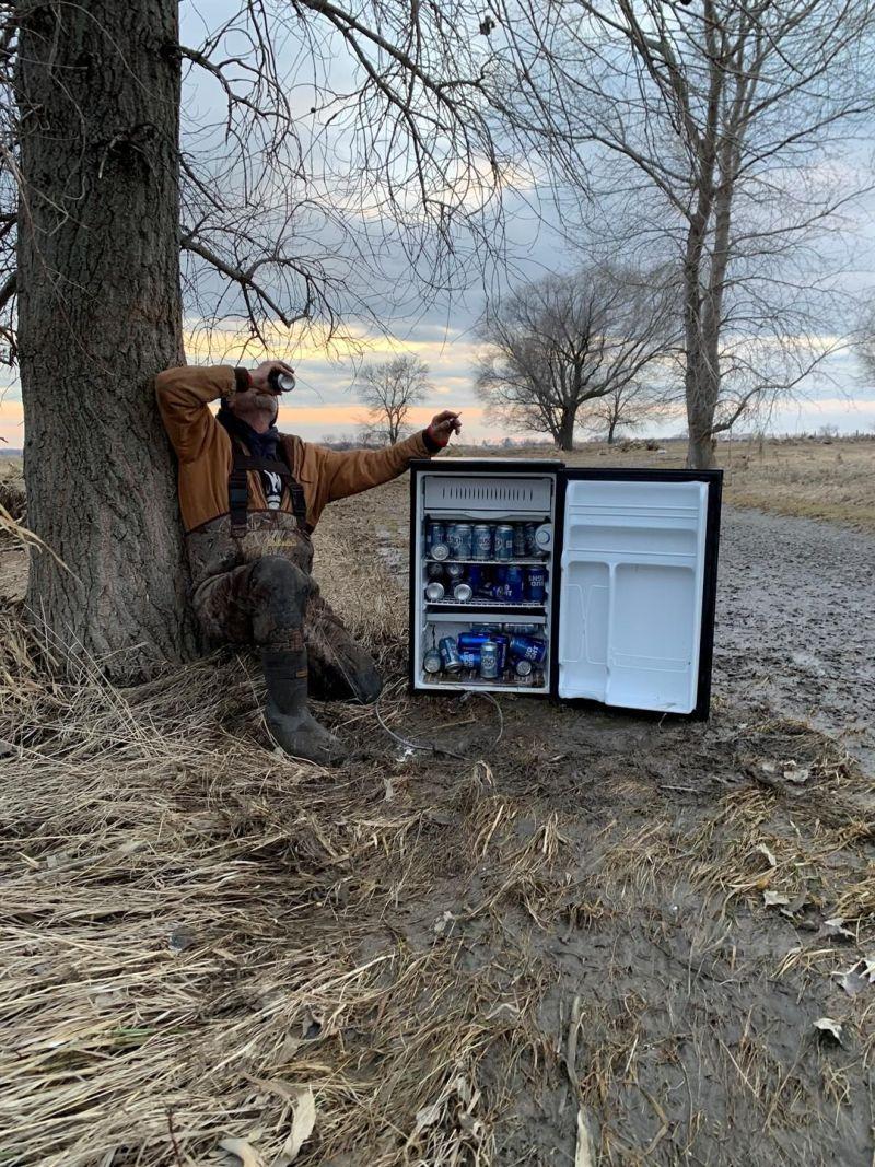 В конце тяжелого рабочего дня мужики нашли в поле холодильник с пивом Приколы