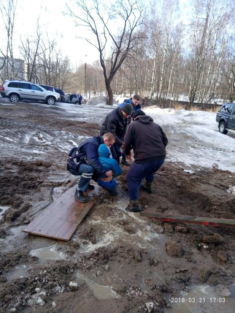 Российского школьника засосала грязевая жижа дети