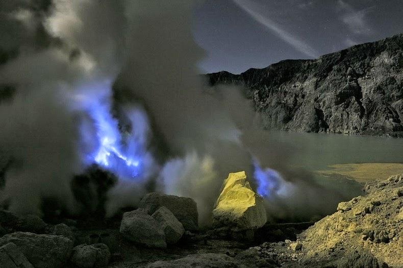 Кавах Иджен – обычный вулкан в Индонезии, который испускает синий огонь авиатур